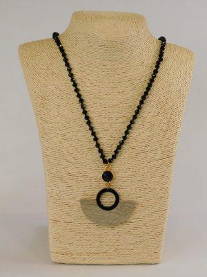 Κολιέ με μαύρες χάντρες και ξύλινο μενταγιόν