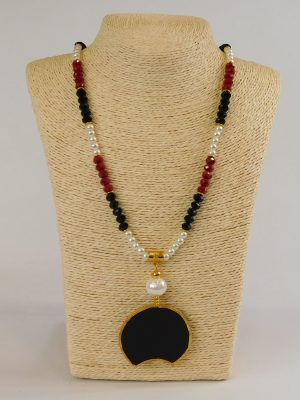 Κολιέ με κόκκινες, μαύρες, λευκές χάντρες και μαύρο μενταγιόν